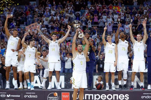 GRAF7067. MADRID.- El capitán del Real Madrid Felipe Reyes (c), junto...