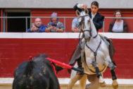 Lea Vicens simula la suerte durante la lidia del quinto toro.