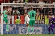 Benzema cabecea el balón para marcar el gol de la victoria del Madrid.