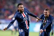Lyon (France).- Paris Saint Germain's <HIT>Neymar</HIT> celebrates scoring the 1-0 lead with teammate Marco Verratti (R) during the French Ligue 1 soccer match between Olympique Lyon and PSG at Parc Olympique Lyonnais stadium in Lyon, France, 22 September 2019. (Francia) EPA/
