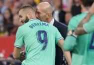 Zidane felicita a Benzema por el gol que dio el triunfo al Madrid en Sevilla.