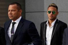 Neymar (derecha) a punto de entrar con su padre a la Audiencia Nacional.