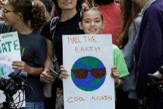 Una niña muestra una pancarta durante la manifestación del viernes en Nueva York