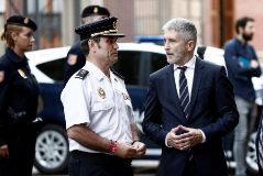 El ministro del Interior en funciones, Fernando Grande-Marlaska, con el jefe superior de la Policía Nacional en Navarra, Francisco López Canedo, en un acto en Pamplona.