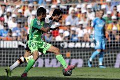 Parejo intenta zafarse de la presión de Óscar en un momento del partido de Mestalla.