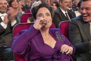 Alex Borstein, saca una petaca tras conocer que era la mejor actriz de reparto en comedia.