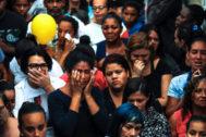 AME540. RÍO DE <HIT>JANEIRO</HIT> (BRASIL).- Familiares, amigos y vecinos lloran este domingo a la pequeña Ágatha Félix, durante su entierro en Río de <HIT>Janeiro</HIT> (Brasil). La muerte de la pequeña Ágatha Félix durante una operación policial en una favela de Río de <HIT>Janeiro</HIT> ha resucitado la indignación ante la violencia que azota las regiones marginales de la ciudad, donde narcotraficantes, agentes y milicias libran una guerra que se arrastra desde hace años. La pequeña, de ocho años, estaba en el interior de un vehículo en el Complejo de Alemao, un conjunto de favelas en la zona norte de Río, y regresaba a casa la noche del viernes cuando recibió un tiro en la espalda.