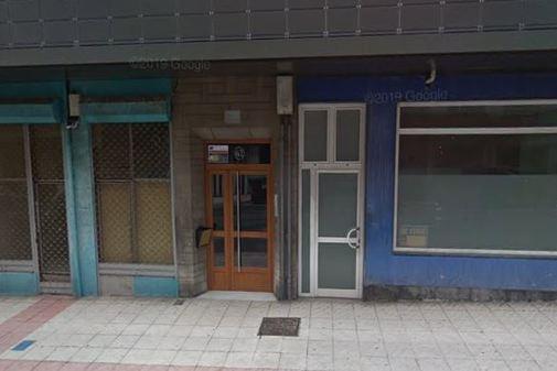 Portal de la vivienda donde fue hallada la mujer asesinada.