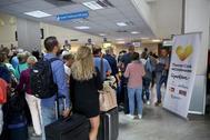 La gente hace cola frente a un mostrador de Thomas Cook en el aeropuerto de Heraklion en la isla de Creta, en Grecia el 23 de septiembre de 2019.