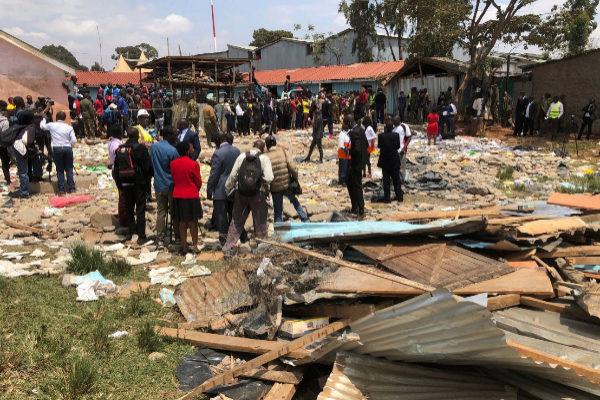 Nairobi (<HIT>Kenya</HIT>).- Emergency workers at the site where a...