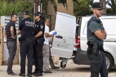 Momento en que se trasladó el cadáver de la víctima asesinada en la avenida Primavera de la Colònia.