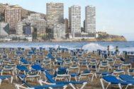 Playa vacía en Benidorm en temporada baja.