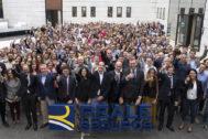 El CEO de la compañía aseguradora, Ignacio Mariscal, (en primera fila, detrás de la ele de Reale), posa junto a un nutrido grupo de empleados delante de la sede de Madrid.