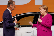 Frankfurt Main (Germany).- Volkswagen AG CEO Herbert <HIT>Diess</HIT> (L) and German Chancellor Angela <HIT>Merkel</HIT> (R) talk during her visit at the International Motor Show (IAA) in Frankfurt, Germany, 12 September 2019. The 2019 International Motor Show Germany IAA 2019, which this year promotes itself under the motto 'Driving tomorrow', takes place in Frankfurt am Main from 12 to 22 September 2019. The IAA 2019 will also feature numerous world premieres, and has a special focus on electric mobility and digitization. (Alemania) EPA/