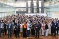 La responsable de Recursos Humanos, Lourdes Ramos (en primera fila, con chaqueta blanca y pañuelo azul), posa junto a Laura Elorza y una representación de la plantilla.