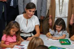 Doña Letizia con la niña a la que la reina no le pareció simpática