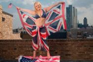 Jennifer Arcuri, envuelta en las banderas de Reino Unido y EEUU.