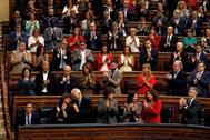 El presidente del Ejecutivo en funciones, Pedro Sánchez (i, abajo), es ovacionado por su equipo de gobierno y la bancada socialista tras su intervención en la segunda y última sesión de control de esta legislatura celebrada este miércoles en el hemiciclo del Congreso.
