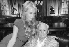 Paris Hilton y su abuelo, Barron, en una imagen que ha publicado la 'socialite' en su cuenta de Twitter.