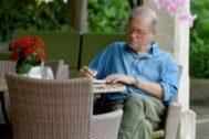 El escritor Felix de Azua en los jardines del hotel Formentor.