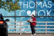 Un empleado de Thomas Cook sale de una de las oficinas de la compañía en Reino Unido.
