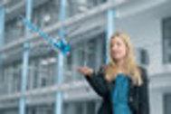 Una ingeniera del proyecto con la libélula robótica.