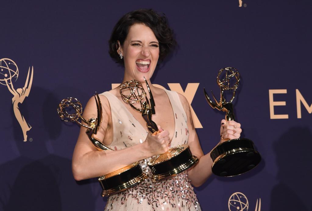 Phoebe Waller-Bridge posa con sus premios Emmy.