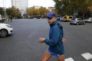 Billy El Niño camina por el Paseo de la Castellana de Madrid