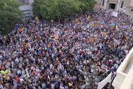 Miles de personas durante la concentración en Sabadell este lunes