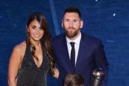 Messi posa con su mujer, Antonella Roccuzzo, con el premio.