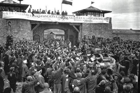 Españoles despliegan una pancarta en Mauthausen el 5 de mayo del 45, día de su liberación.
