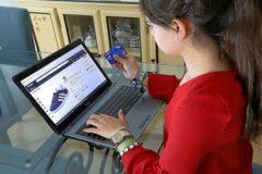 Una joven realiza una compra a través de internet.