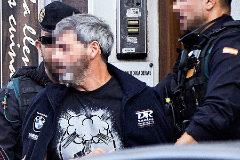 Dos agentes de la Policía custodian a uno de los CDR detenidos
