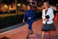Paloma O'Shea, con otra clienta de María Antonia Molinero, llegando al funeral de la modista en Madrid.