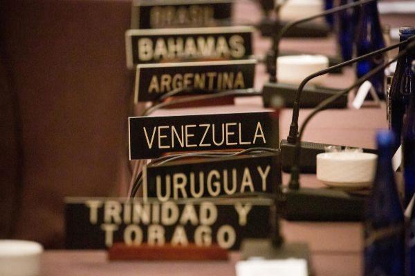 Placa con el nombre de Venezuela durante la cita de los ministros de Exteriores.