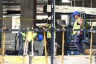 Trabajadores de la construcción en una obra en la ciudad de Madrid.