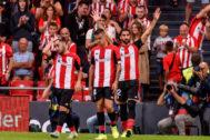Los jugadores del Athletic celebran un gol ante el Alavés este domingo.