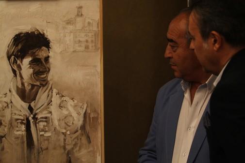Jesús Hijosa (izda.) y José Ribagorda (dcha.) ante el retrato de...