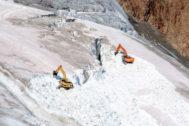 Máquinas excavadoras en el glaciar de Pitztal, en Austria.