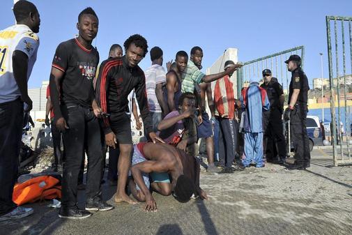 Inmigrantes detenidos en la frontera española en la playa de Tarajal,...