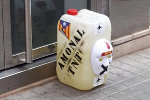 El bidón colocado en la sede de Podem, con una 'estelada', las letras...