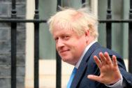 El primer ministro, Boris Johnson, frente al 10 de Downing Street.