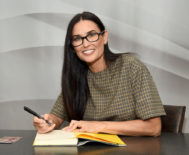 La actriz firmando ejemplares de su libro, editado de momento solo en inglés.
