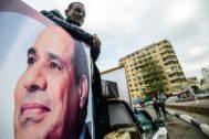 Un simpatizante del presidente egipcio, Abdel Fattah al Sisi, junto a su retrato en El Cairo.