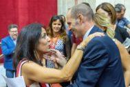 La presidenta de la Cámara andaluza, Marta Bosquet, felicita al portavoz de la comisión promotora de la iniciativa sobre los interinos, David Núñez.