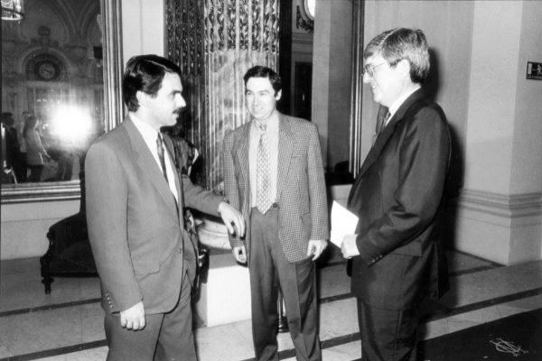 Alfonso de Salas (dcha.), con José María Aznar y Pedro J. Ramírez,...
