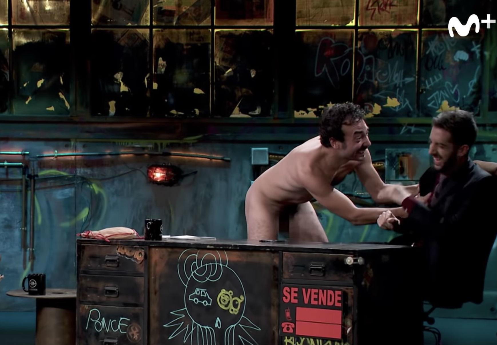Un hombre desnudo interrumpe la entrevista de Alberto Mielgo en La...