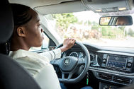 Joseline Iradukunda transporta pasajeros en un Polo nuevo a través de la app 'Move' de Volkswagen en Kigali.