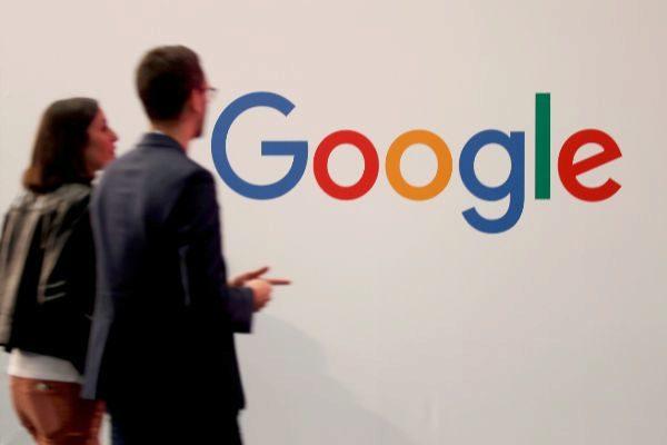 Un logo de Google, en una feria en París.