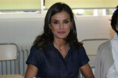 La Reina Letizia con vestido vaquero de Carolina Herrera.